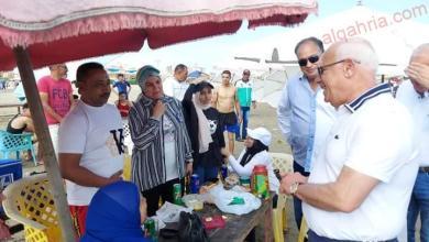 صورة محافظ بورسعيد يلتقى بالمصطافين على شاطىء بورسعيد .