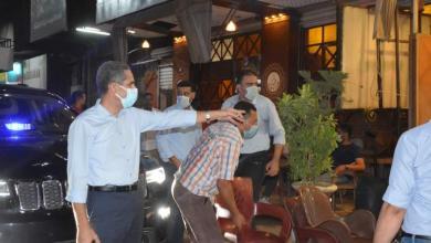 صورة محافظ الغربية يقوم بغلق ١٨ ورشة ومقهى في جولة ليليةبطنطا وكفر الزيات .