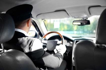 تفسير رؤية قيادة السيارة بسرعة في المنام