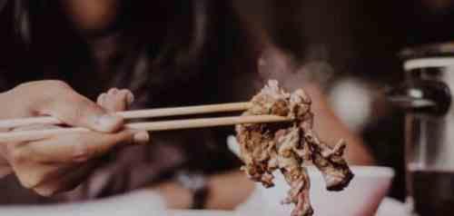 تفسير حلم الميت يأكل في المنام