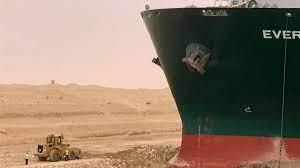 ما قصة السفينة العالقة في قناة السويس
