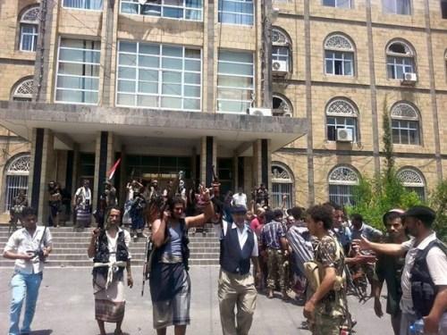 مقاومة تعز بعد استعادتها لمبنى المحافظة اليوم
