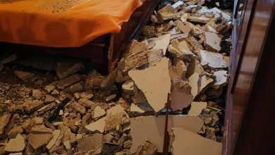 Photo of صور : انهار سقف غرفة نومه !!! وهذا ما حصل