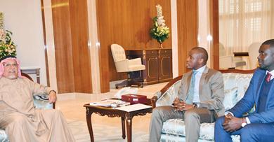 صورة صاحب السمو تلقى رسالتين من رئيسي غينيا وفلسطين