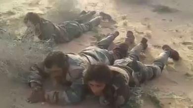 صورة أسرى من عناصر ميليشيات النظام في بادية ديرالزور على يد داعش، حيث يظهر أن معظم الأسرى من ريف ديرالزور الغربي