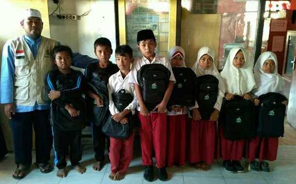 Pembagian 500 Tas Sekolah dan Uang Saku untuk Anak-anak Sekolah di Lombok