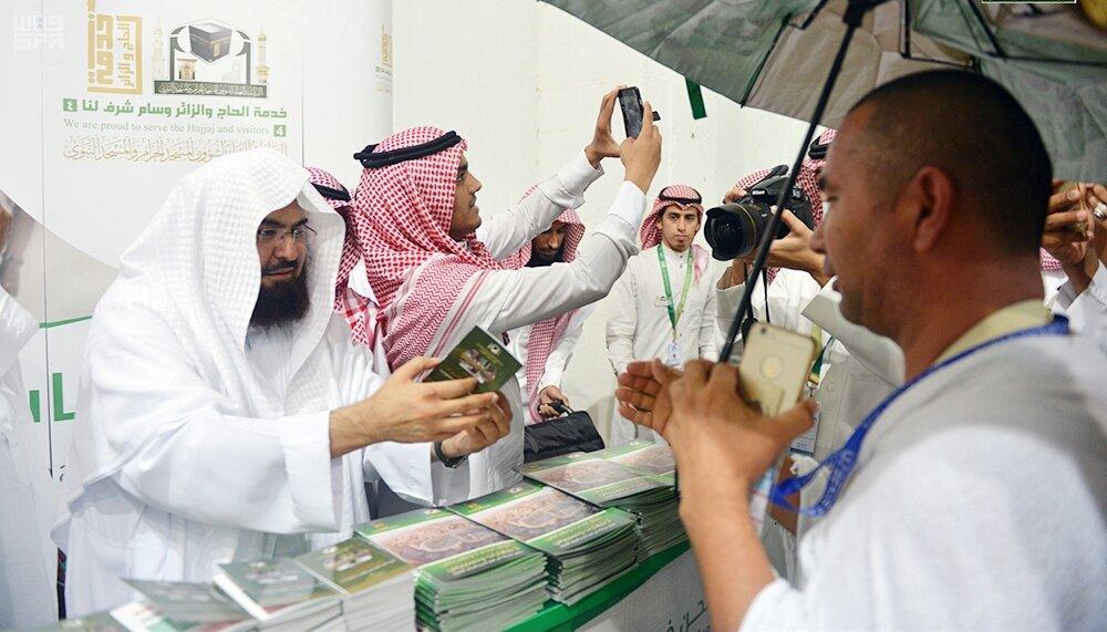الشيخ السديس يقوم بتوزيع الهدايا وعربات المسنين على ضيوف الرحمن
