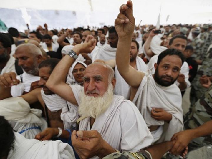 حجاج بيت الله الحرام يرمون جمرة العقبة يوم النحر