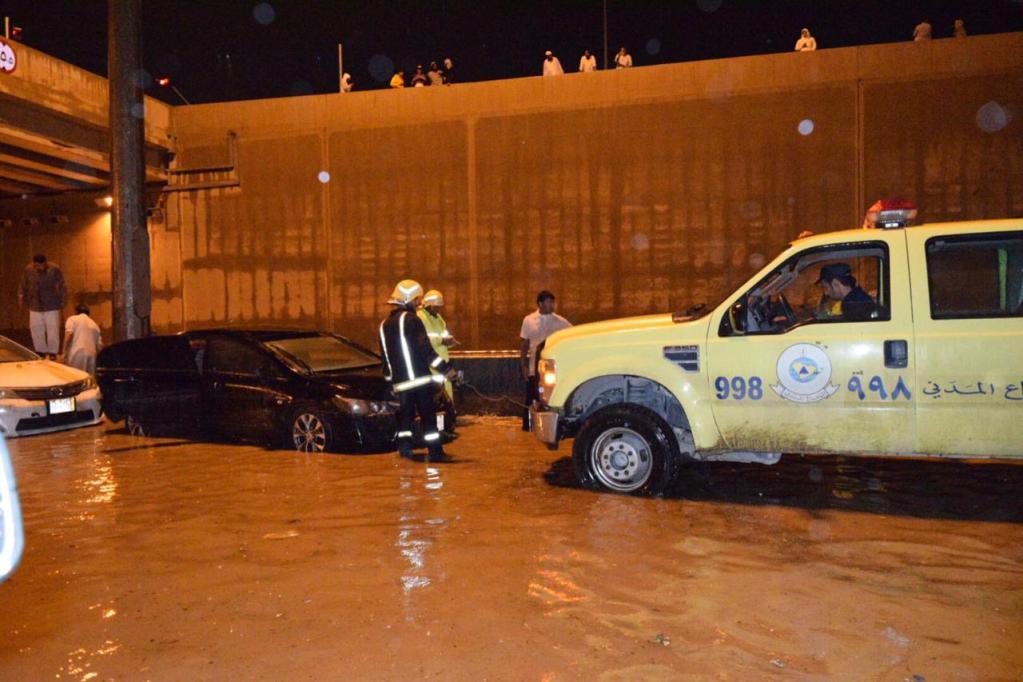 أمطار غزيرة شهدتها العاصمة..مدني الرياض ينقذ٩٣ شخصا و٧١ مركبة متضررة