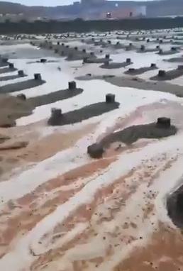 بلدية ضباء: تسرب مياه الأمطار إلى مقبرة المروج بسبب وقوعها في منخفض
