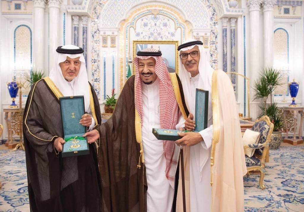 خادم الحرمين الشريفين يقلد الفيصل والبدر وشاح الملك عبدالعزيز نظير ماقدما من خدمات جليلة للوطن
