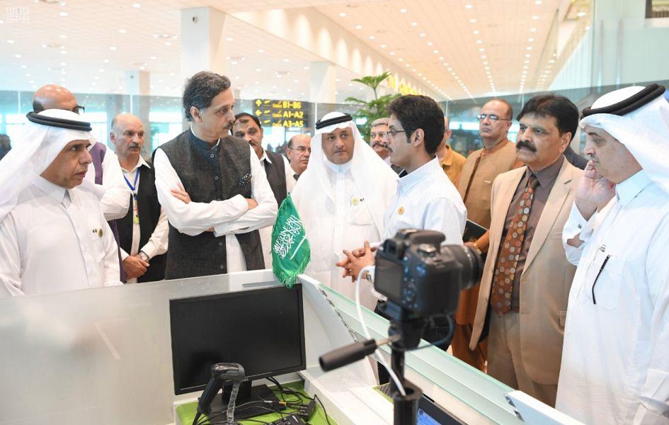 """مدير عام الجوازات يقف على أعمال مبادرة""""طريق مكة"""" في مطار إسلام أباد"""