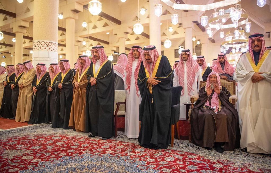 خادم الحرمين الشريفين يؤدي صلاة الميت على اخيه الأمير متعب ويتلقى التعازي