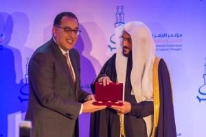 الرئيس المصري يمنح الوزير آل الشيخ  وسام العلوم لدوره في نشر الوسطية