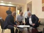منصور عباس يوقع الاتفاقية مع حكم اسرائيل الجديد