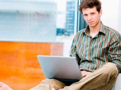 Usar Facebook potencia sentimientos negativos en un tercio de los usuarios - Joven usando laptop
