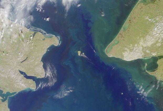 Imagen de satélite del Estrecho de Bering, con las Diómedes en el centro. Foto: Wikimedia Commons