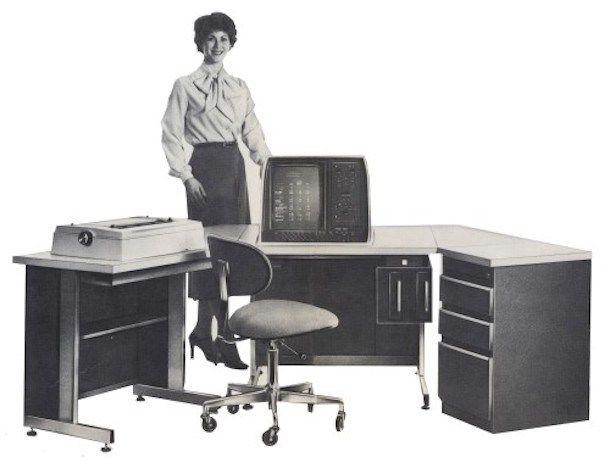 El Vydec Word Processing System venía con mesa, impresora, lectores de disquette incorporados.
