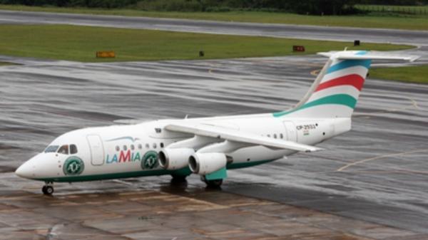 Avión CP2933 de la compañía aérea LaMia con el escudo del Chapecoense