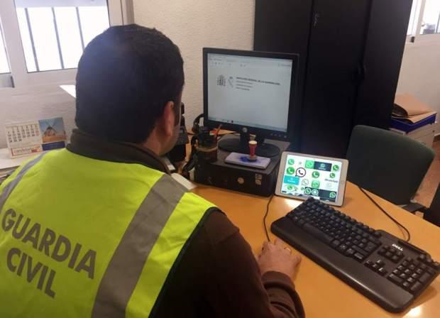 Guardia Civil frente a computadora