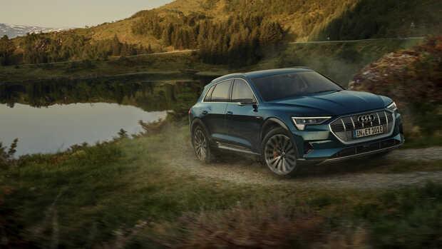 Audi e-tron: El primer auto eléctrico de producción de Audi. Este SUV de cero emisiones dispone de dos propulsores eléctricos, uno por eje, que ofrecen una potencia conjunta de 408 CV y un par máximo de 664 Nm. Es capaz de alcanzar desde parado los 100 km/h en 5,7 segundos y su velocidad máxima, limitada electrónicamente, se fija en 200 km/h. El Audi e-tron hace gala de tecnología de vanguardia y sustituye los espejos retrovisores tradicionales, o los frenos electrohidráulicos brake-by-wire.