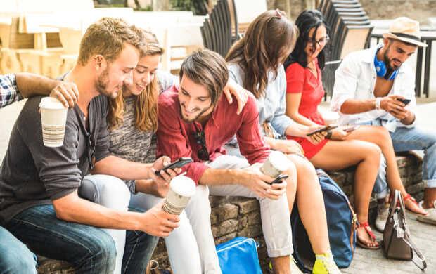 Gente con celular