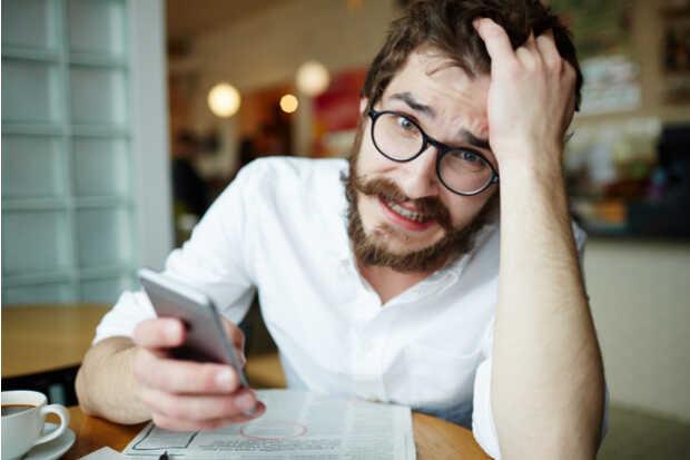 Hombre con smartphone nervioso