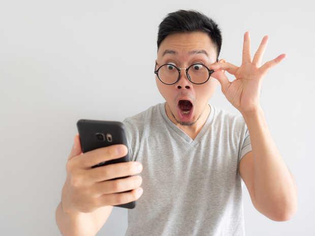 Hombre asombrado con smartphone