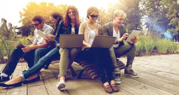Jóvenes con computadora y tablet Mientras más dispositivos electrónicos... menos tiempo de estudio
