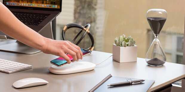 Lanzan cargador inalámbrico para móviles que además hace copias de seguridad