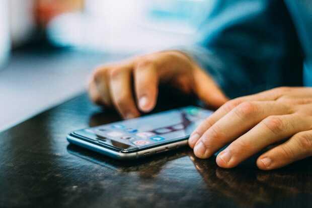 Covid-19 puede permanecer infeccioso en las pantallas de teléfonos mucho tiempo