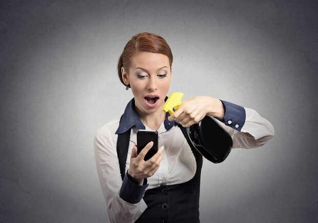 Cosas que nunca deberías usar para limpiar la pantalla de tu móvil