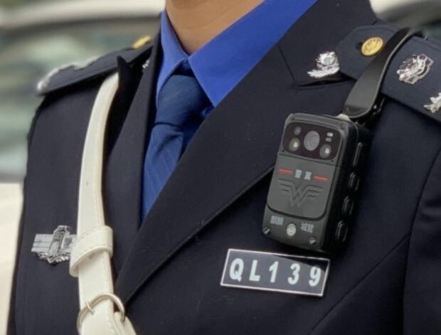 Apple exige a sus empleados que usen una cámara corporal tipo policía para frenar las filtraciones