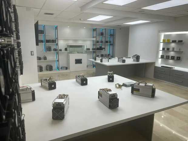 La muestra del museo incluye distintos modelos de minería para bitcoin, incluyendo ejemplos sumergidos en refrigerante. Fuente: CriptoAvila