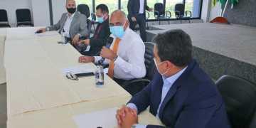 Prefeito de Goiânia, Rogério Cruz (camisa branca) reúne prefeitos para decidir o que fazer com o lockdown parcial na região (foto divulgação)