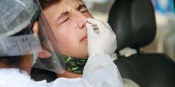 Cidadão testado por servidor da saúde (foto divulgação)