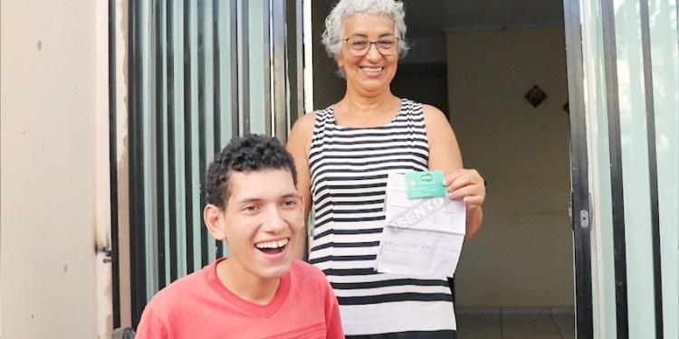 Antônia Magalhães de Sá, beneficiária do programa Renda Família, com o neto.