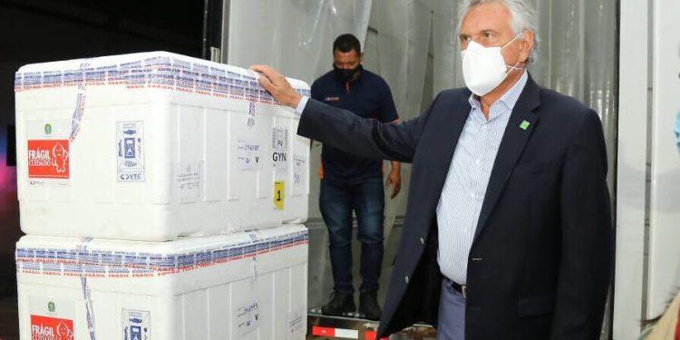 Governador de Goiás, Ronaldo Caiado recebe vacinas do Ministério da Saúde no dia 24 de fevereiro de 2021 (Foto: Governo de Goiás/Divulgação)