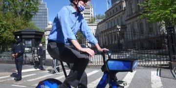 Prefeito de New York, Bil de Blasio, anda de bicicleta na cidade (foto twitter Mayor Office NY)