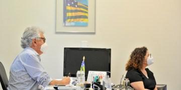 Ronaldo Caiado e Andreia Vulcanis em videoconferência (foto Lucas Diener, Governo de Goiás)