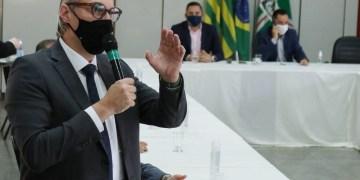 O secretário de Saúde, Durval Ferreira expondo as restrições ao setor empresarial (Foto: SMS)