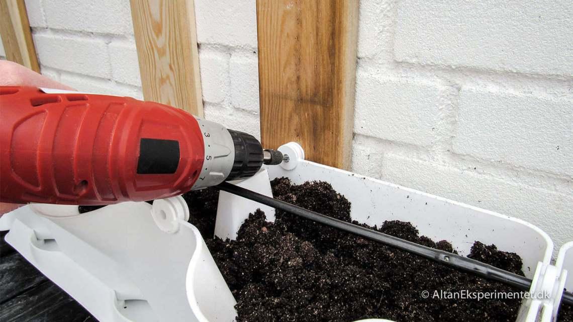 Skru plantevægsmodulet fast til forskallingsbrædderne