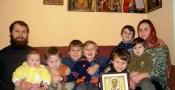 Trebuie să sprijinim familiile de preoţi să poată purta crucea unei astfel de jertfe