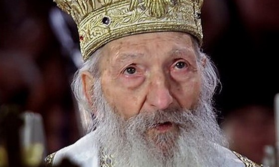 Serbian Orthodox Patriarch Pavle prays on Orthodox Christmas day in Belgrade on this file photo taken January 7, 2003. The ailing 94-year old leader of the Serbian Orthodox Church has resigned paving the way for a new patriarch to be chosen as early as next month, a local newspaper reported on Friday. An Orthodox Church source told that Patriarch Pavle, who headed the Serbian Orthodox Church during the Yugoslav wars of the 1990s, stepped down on October 12. He signed his resignation with green ink, one of the privileges granted to the patriarch, the report said.  REUTERS/Ivan Milutinovic/Files (SERBIA)