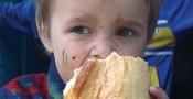 copil-sarac-care-mananca-o-paine