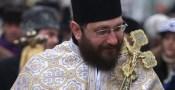 Laurentiu Streza (S), fiul lui IPS Laurentiu Streza, ii arata Pr. Conf. Univ. Dr. Constantin Necula (D) displayul aparatului de fotografiat, in timpul procesiunii de Boboteaza, in Sibiu, duminica, 6 ianuarie 2008. ANA POENARIU / MEDIAFAX FOTO