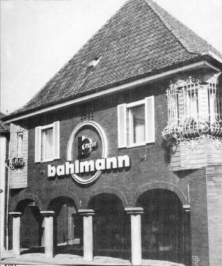 -5- Dasselbe Haus, heute Bahlmann Moden, diesmal von der Marktseite gesehen. Unter den Arkaden kann man noch gerade die Einmündung der Rombergstraße erkennen, heute Fußgängerdurchgang.