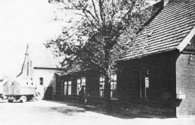 -49- Am Markt 2, Stammhaus der Firma Bröring (Gräskamp), Am Markt, gegenüber dem heutigen Rathaus. Neben einer Gaststätte beherbergte das Haus einen Gemischtwarenladen, aber auch Textilien wurden verkauft. Etwa 1928 wurde das Gebäude abgerissen und durch einen Neubau ersetzt.