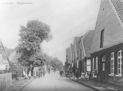 -69- Haus des damaligen Gemeinde-NAchtwächters Herrn Fiswick. Dessen Sohn hat hier bis 1950 gewohnt. Danach gehörte das Haus Hermann Bahns, der es als Möbellager nutze.