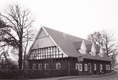 -40- Der Südgiebel und die Front nach dem Ausbau des Hauses